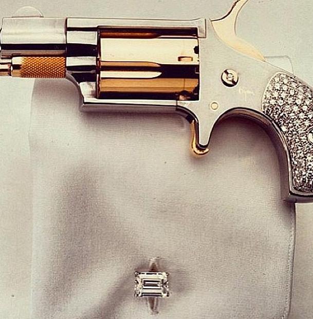 Kim Kardashian arma