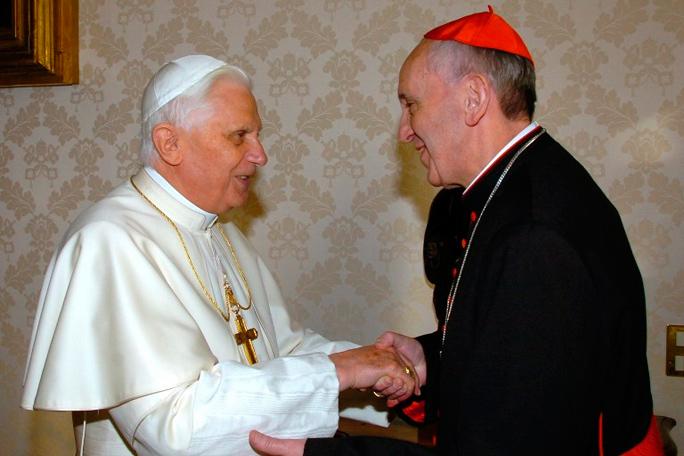 Kienyke Francisco I y Benedicto XVI