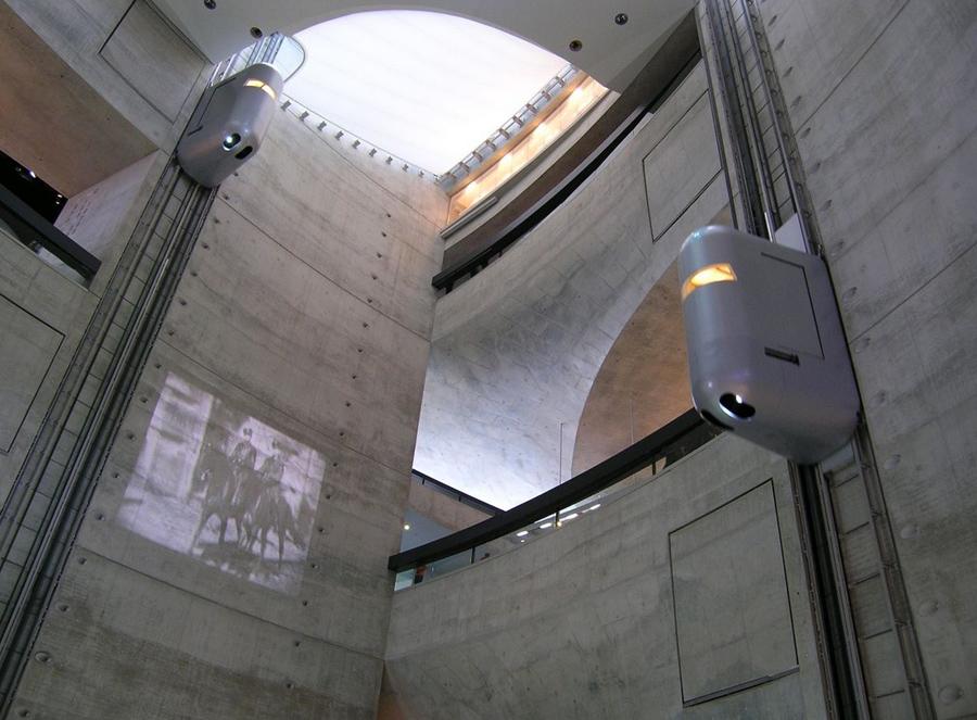 Museo Mercedes Benz, Ascensor, Kienyke