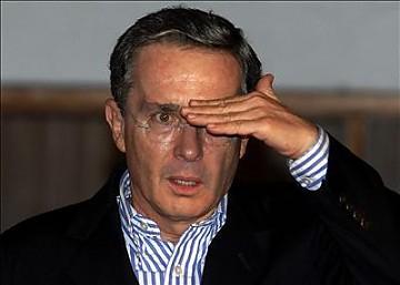 Álvaro Uribe diseña el logo del Centro Democrático