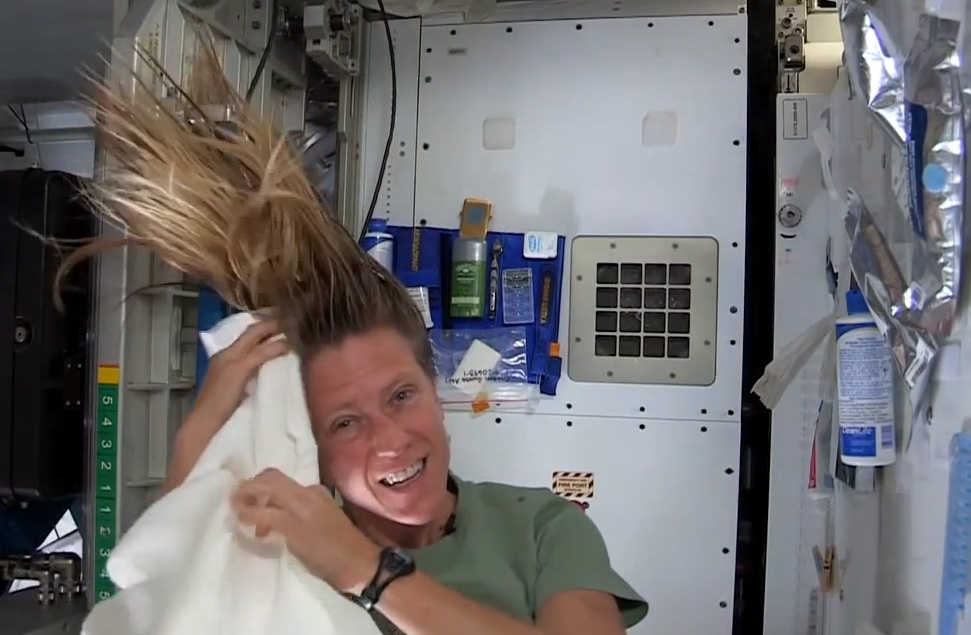 ¿Cómo lavarse el pelo en el espacio? (Video)