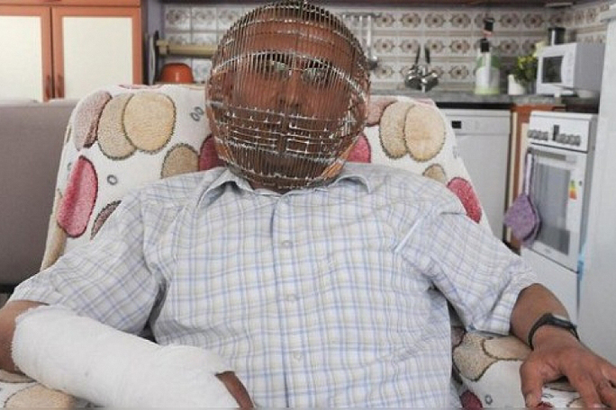 Ibrahim Yucel enjaulado para no fumar, kienyke