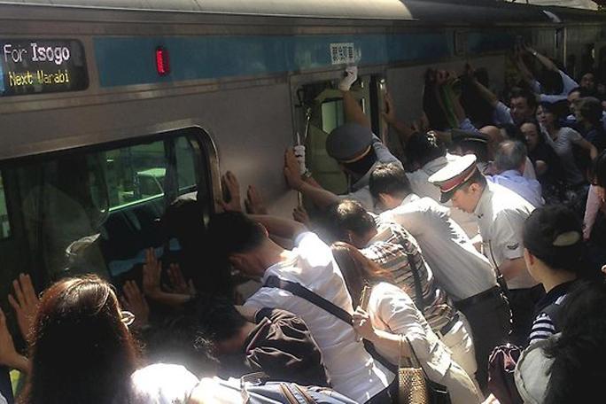 Mujer Atrapada, Tren, Tokio, japón, Kienyke