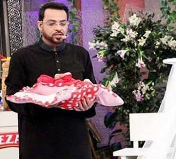 Regalan un bebé abandonado por televisión en Pakistán