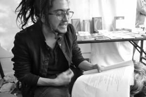 En la foto, el profesor Amón leyendo algunas obras de Corín Tellado.