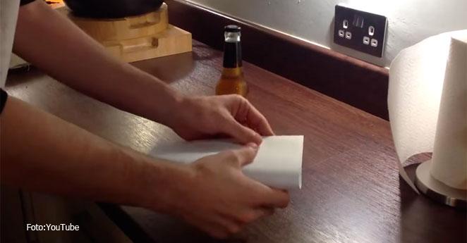 ¿Cómo destapar una cerveza con una hoja de papel?