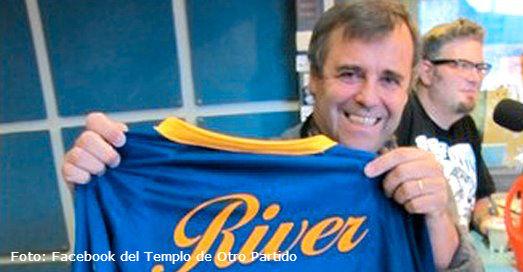 Él tiene la camiseta que los hinchas de Boca y River odian
