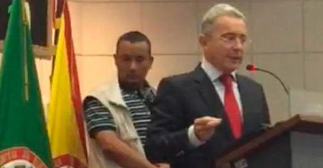 Uribe es recibido con abucheos y protestas en universidad de Pereira