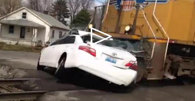 (VIDEO) No hizo el pare y un tren le pasó por encima
