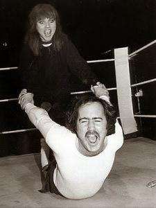 En la imagen, P. León Zito a punto de vencer a una esposa posesiva