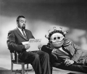 En la fotografía, el Dr. Alan Keko Jones dirigiendo una sesión de psicoterapia.