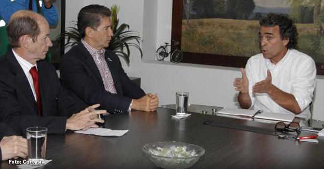 ¿Qué hablaron Sergio Fajardo y Luis Pérez en empalme que duró 5 minutos?