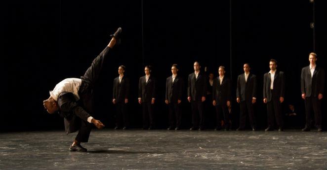 Gran Ballet de Montreal con la mano en el corazón por los niños colombianos