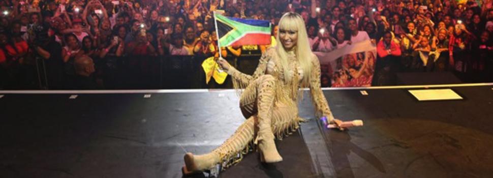 Nicki Minaj le rapa el celular a un guardaespaldas en plena presentación