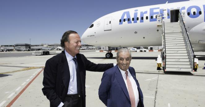 Llega a Bogotá el avión que tendrá el nombre de Julio Iglesias