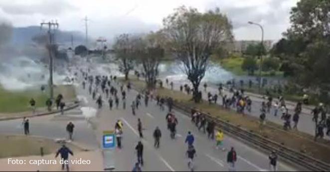 Choques entre camioneros y Esmad dejan funcionario de Defensoria herido