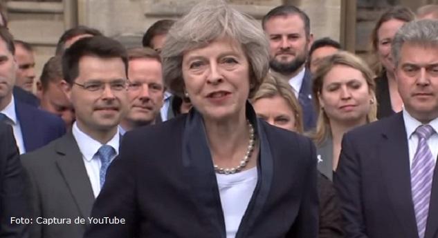 Primera Ministra May no dimitirá y busca gobierno pese a revés