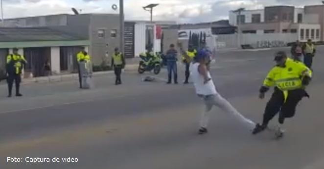 (Video) Policías y camioneros se reconcilian en partido de fútbol
