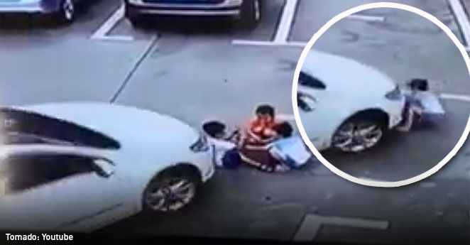 (Video) Mujer arrolló tres niños por distraerse en el celular