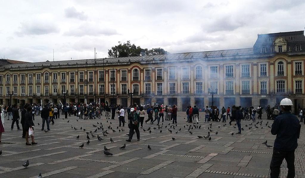 Suspenden policía que lanzó gas lacrimógeno en Plaza de Bolívar