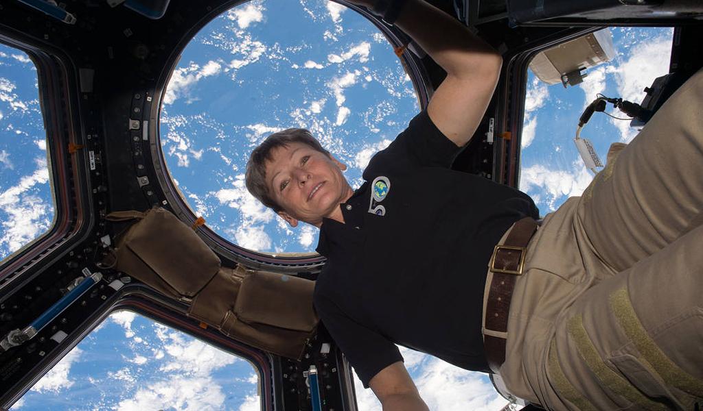 La mujer que batió récord de permanencia en el espacio