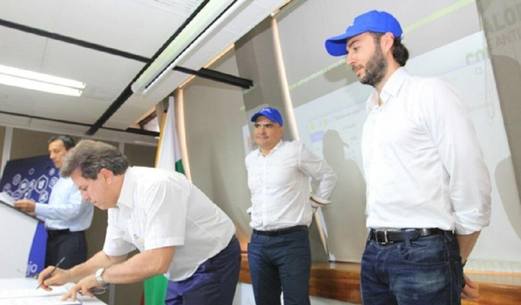 Eugenio Prieto, director del Área Metropolitana, Sergio Zuluaga, contralor de Antioquia, y Daniel Quintero, viceministro de Tecnologías de la Información.