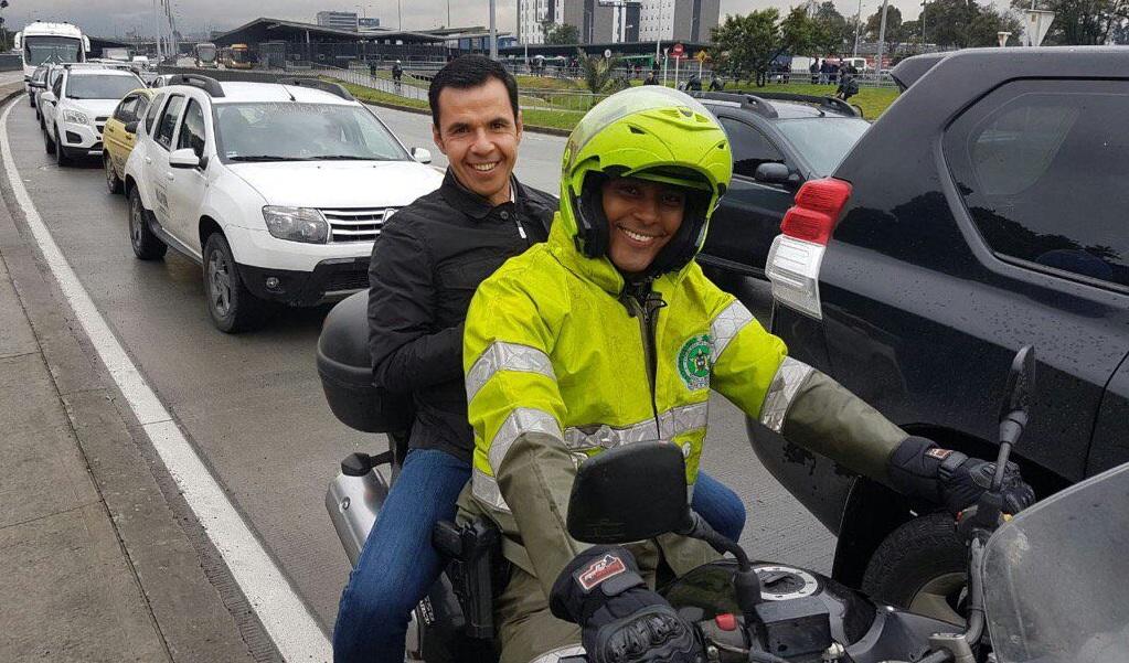 Ministro del Interior evade trancón en moto de policía