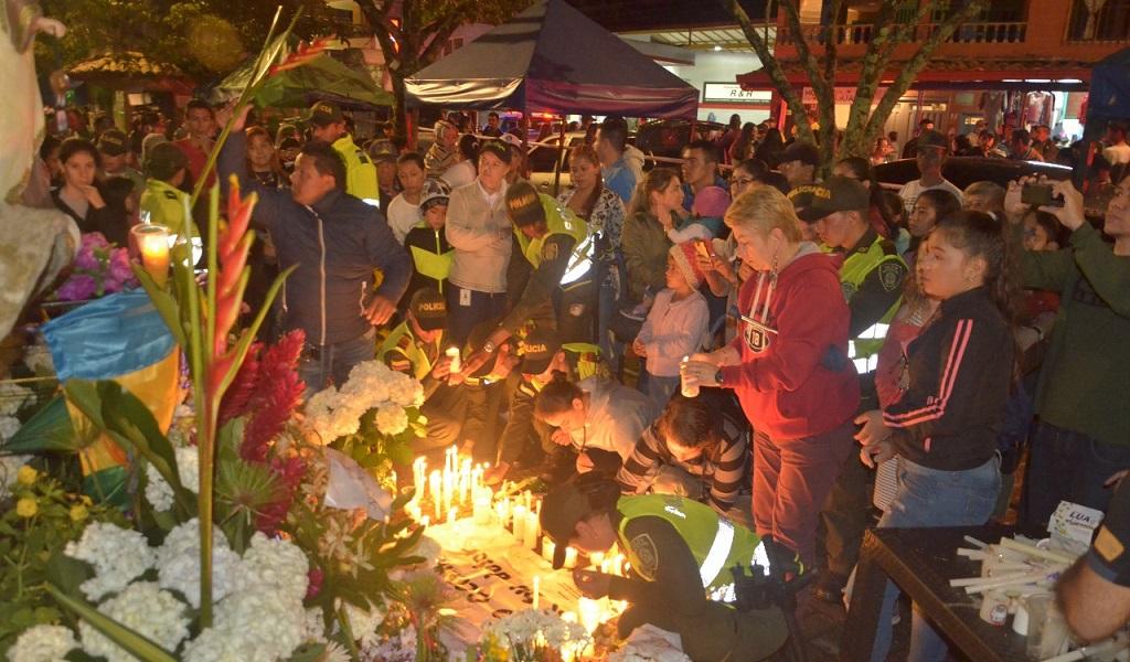 Como muestra de solidaridad, en el muelle de Guatapé se organizó una vigilia en honor a las víctimas. Foto: Policía Antioquia