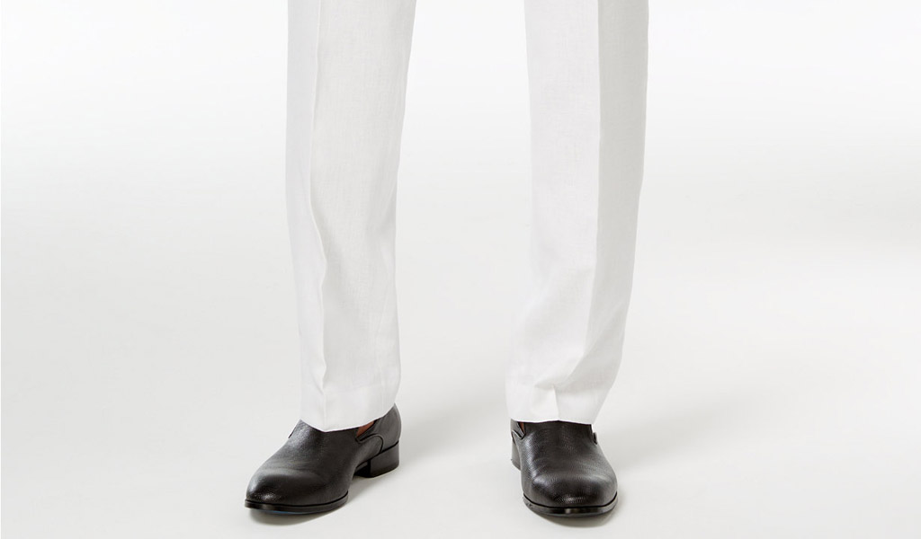 pantalon blanco y zapatos negros