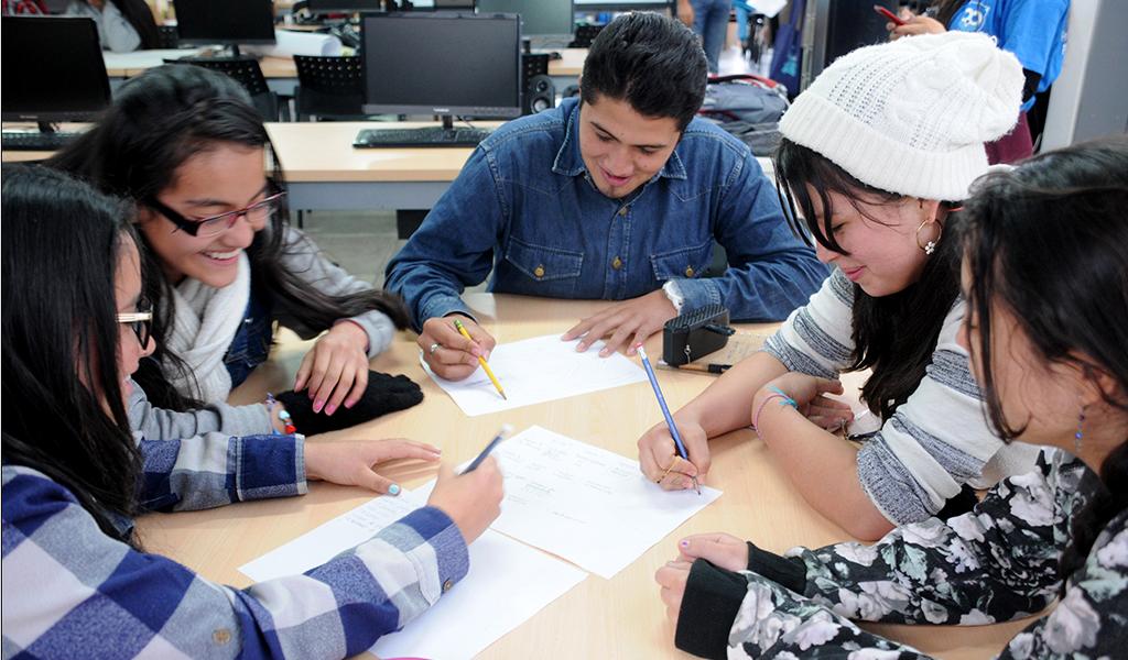 Jóvenes convierten objetos comunes en sistemas inteligentes