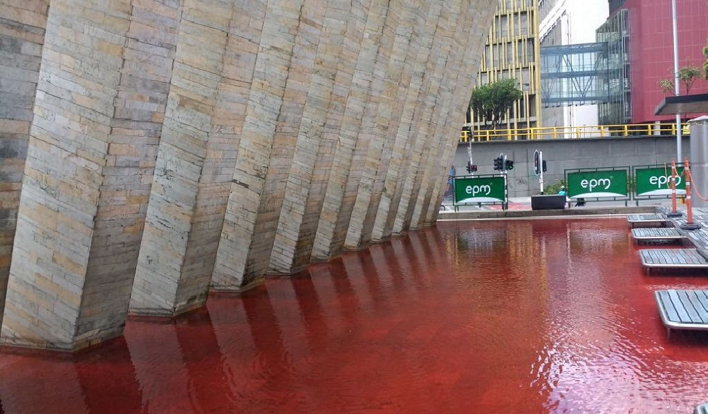¿Porqué el rojo sangre tiñó las fuentes de Medellín?