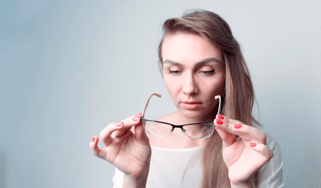 Mujer-quitandose-los-lentes