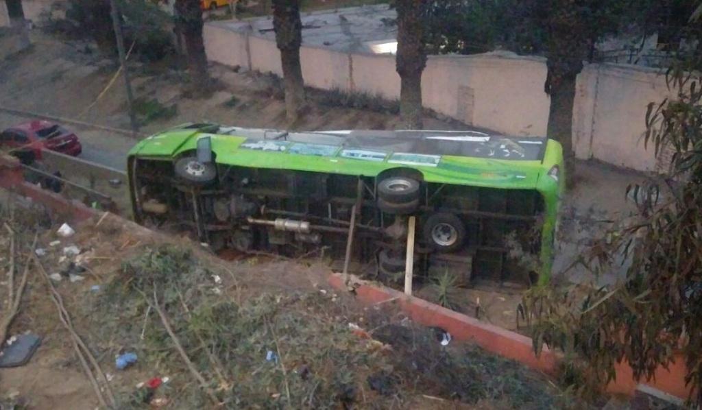 El terrible momento en que un bus cae al vacío en Perú