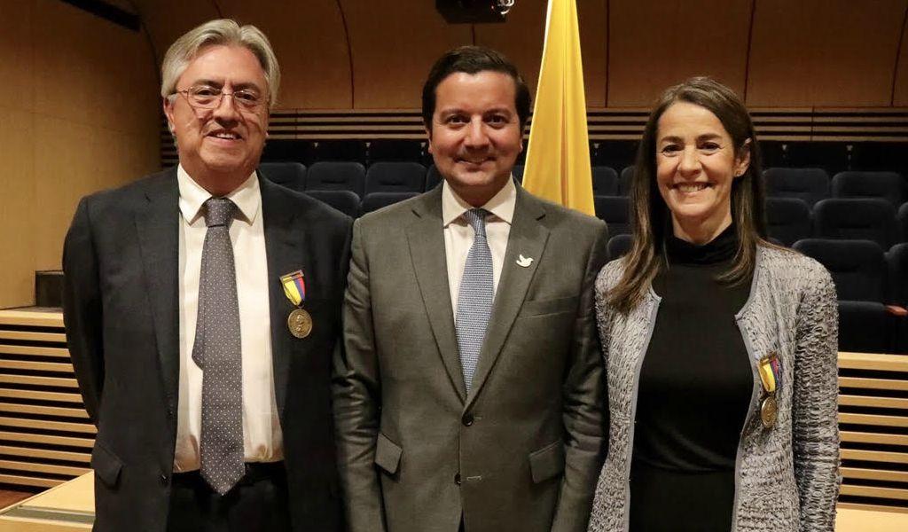 David Luna condecora a Ricardo Alarcón y Nora Sanín