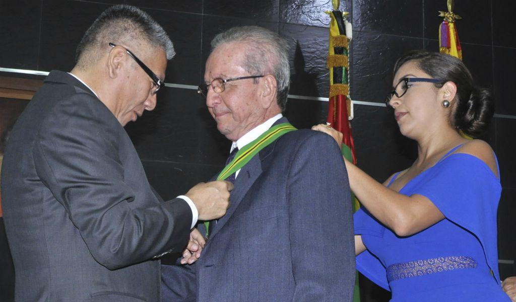 Condecorado el periodista Héctor Gómez Kabariq