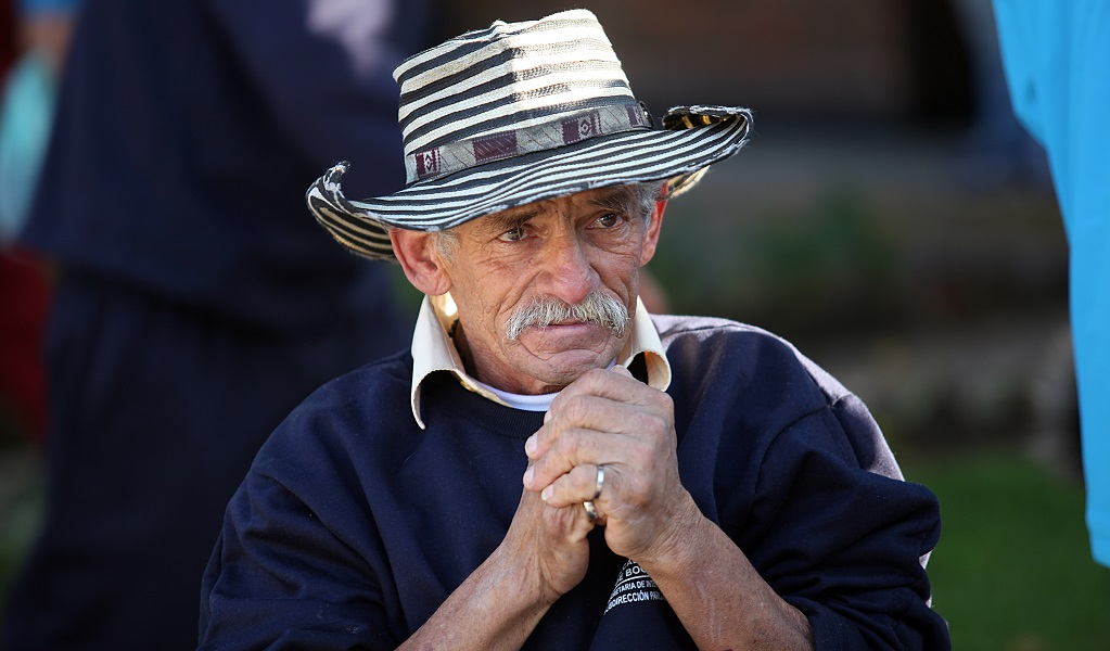 La historia del abuelo golpeado y herido por policías