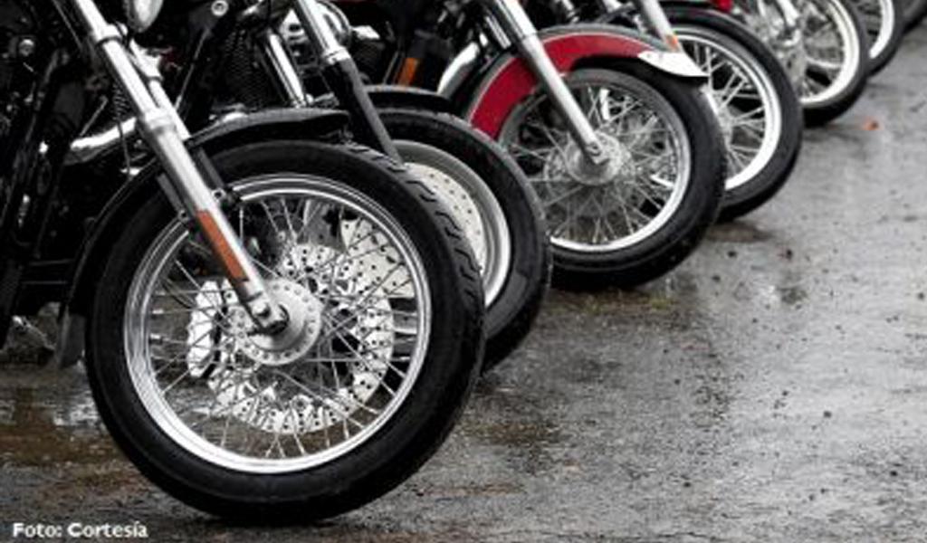 Dispositivo permite parquear motos en áreas reducidas