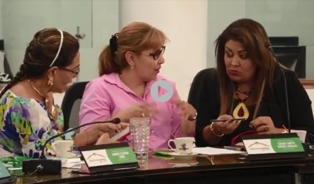 Polémica por concejalas arreglándose las uñas en sesión