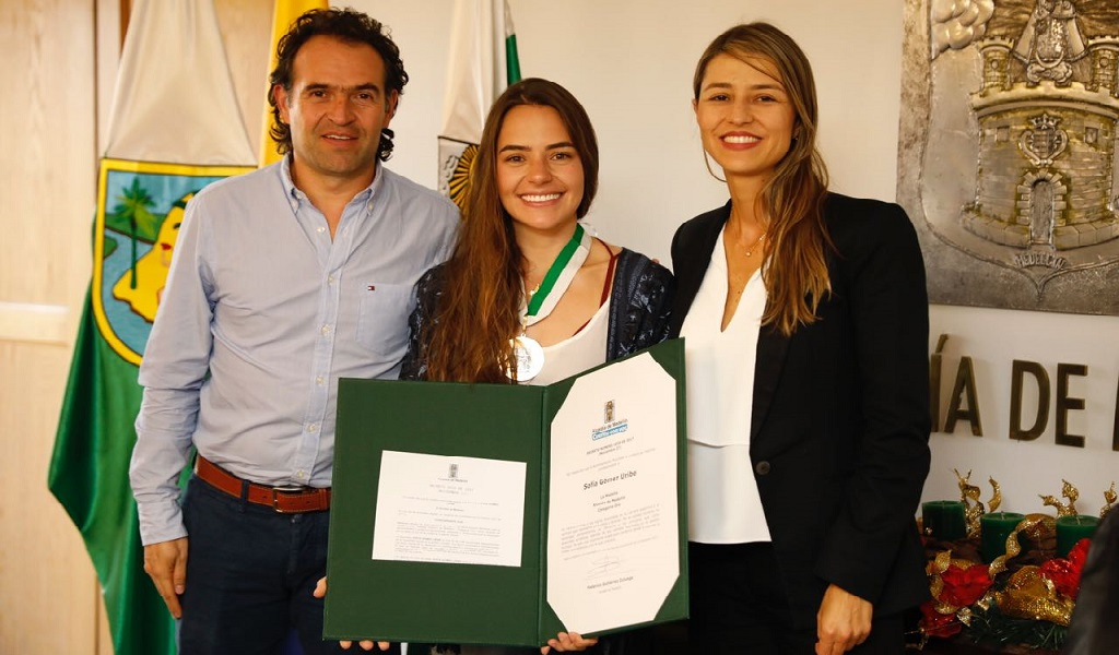 Apneísta Sofía Gómez recibe condecoración en Medellín