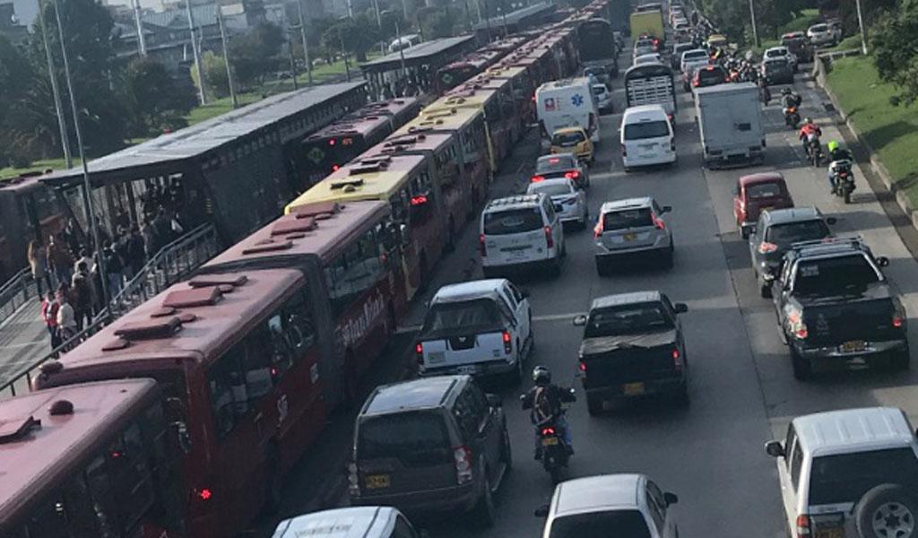 Trancón en TransMilenio por la Autopista Norte