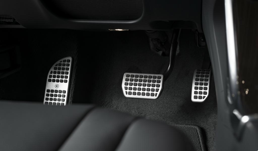 ¿Se debe encender el auto con el embrague hundido?