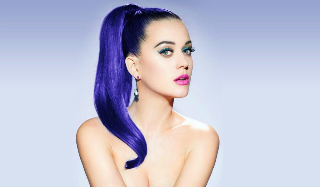 Polémica por beso de Katy Perry a concursante de reality