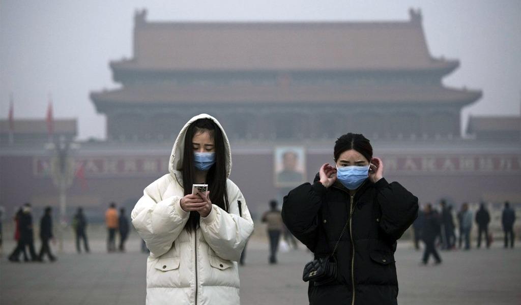 Con gigante chimenea, China busca mejorar el aire