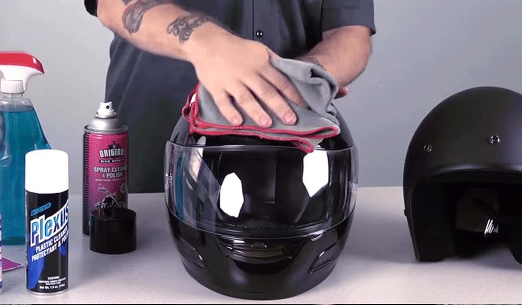 Esta es la forma de lavar un casco de moto
