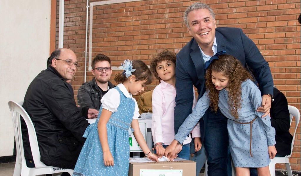 Iván Duque votando