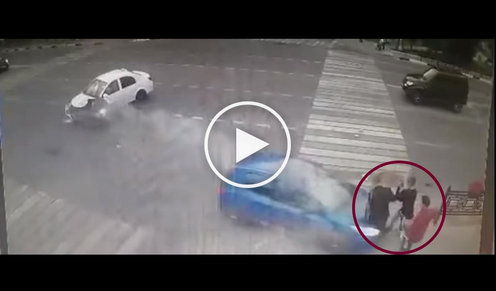 Vehículo atropella tres transeúntes en Moscú
