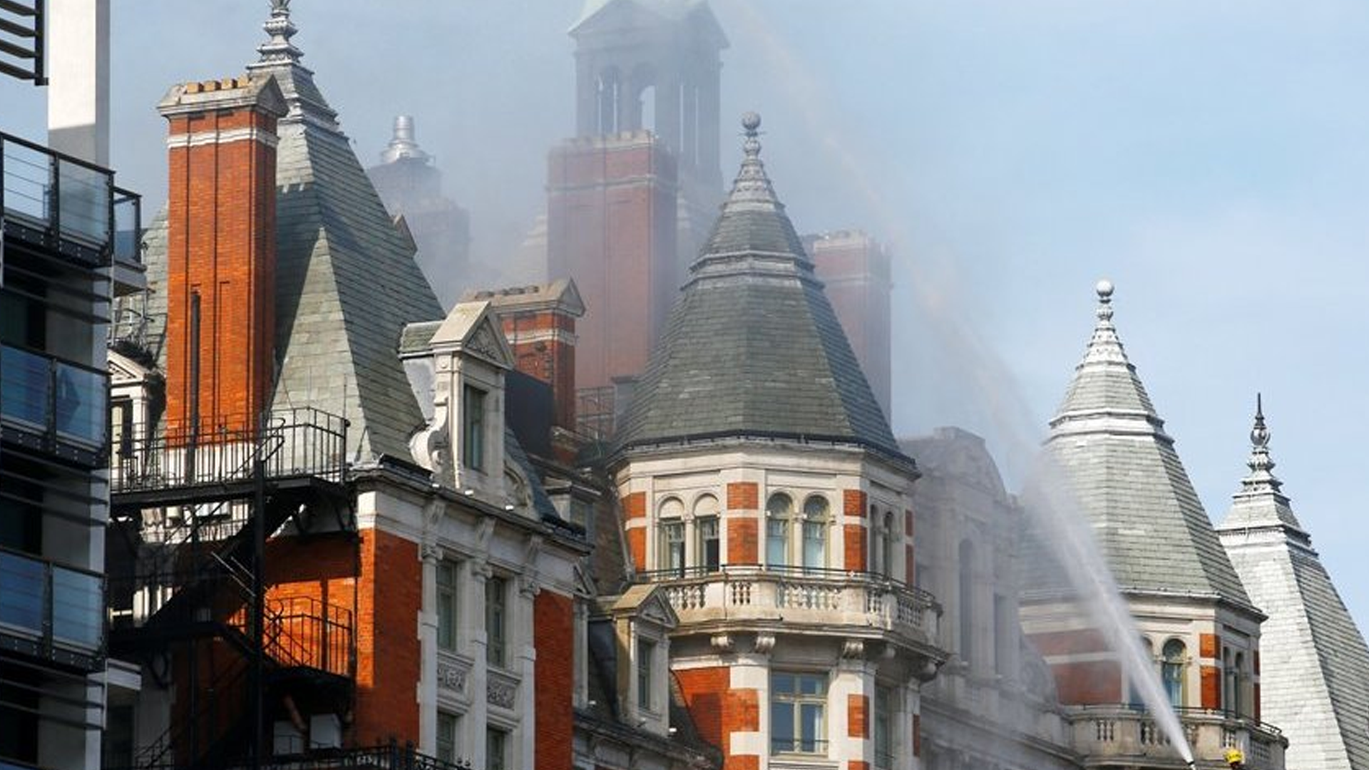 Bomberos apagan incendio en lujoso hotel de Londres
