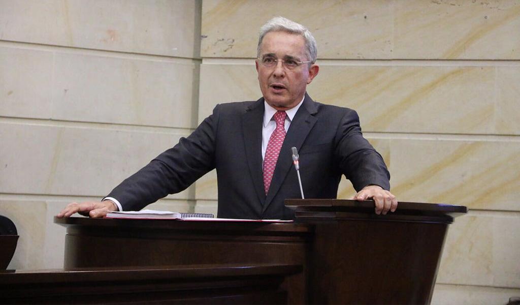 Álvaro Uribe propone aumentar el salario mínimo en el país