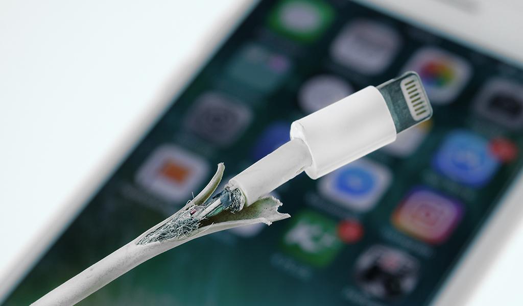 Consecuencias de cargar el celular con un cable dañado