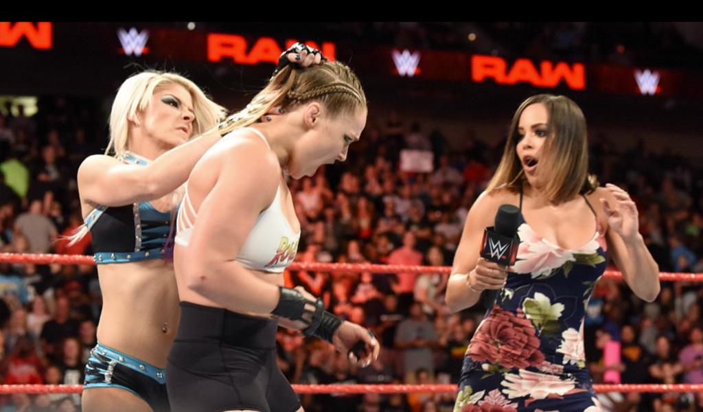 Ronda Rousey rompió micrófono al retar a Alexa Bliss